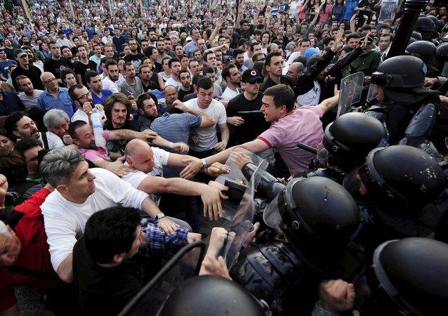 Srážky protestujících s policií ve městě Skopje, Makedonie