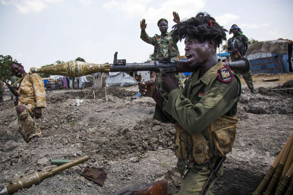 Vojáci súdánské Lidové osvobozenecké armády v zákopech u města Malakal na jihu Súdánu