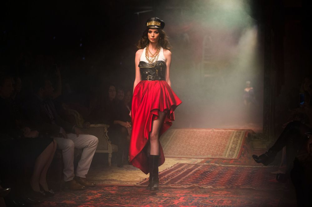 Modelka předvádí oděv z kolekce Moschino podzim-zima 2016-17 v Museu Moskvy