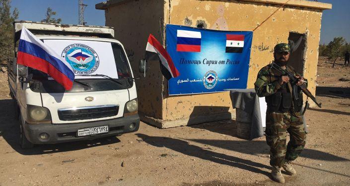 Policista u dálnice Castello na severu syrského Aleppa
