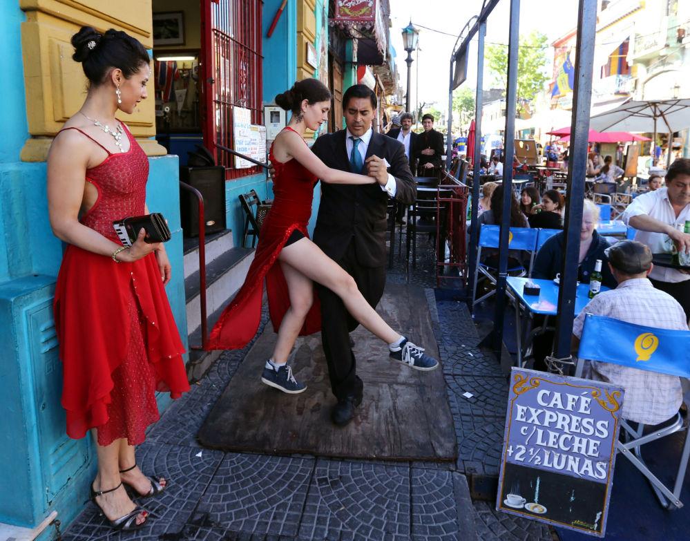 Pár tančí pro turisty tango na jedné z ulic v Buenos Aires, Argentina
