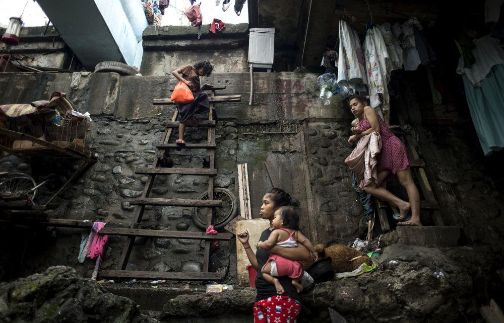 Žena vystupuje po schodech, aby se ukryla před tajfunem