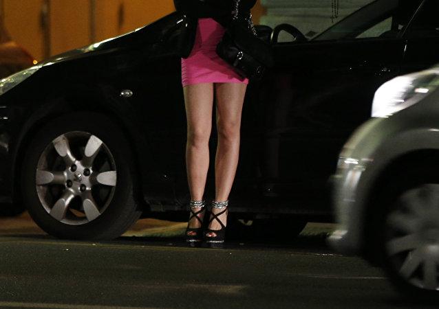 Prostitutka čeká na zákazníky