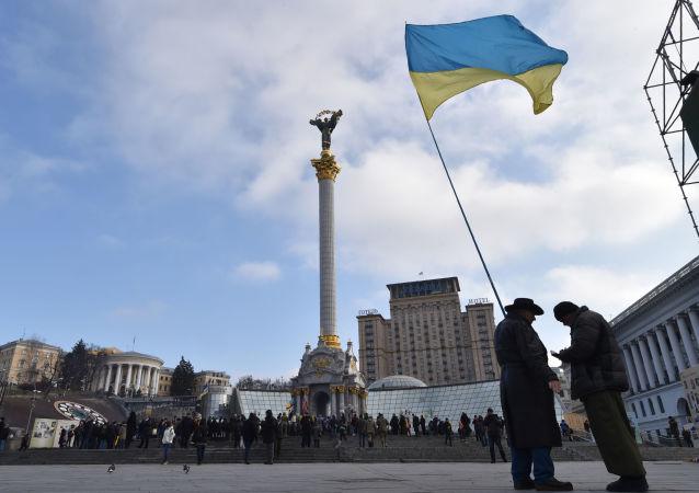 Ukrajinská vlajka na náměstí Nezávislosti v Kyjevě