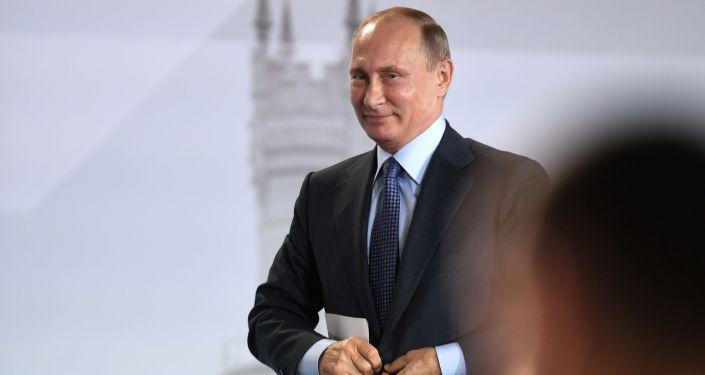 Vladimir Putin na zasedání Všeruské národní fronty na Krymu