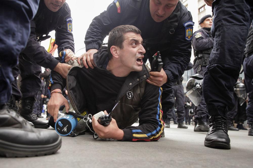 Zadržení vůdce rumunského hnutí za sjednocení s Moldavskem Georgeho Simiona během mítinku v Bukurešti