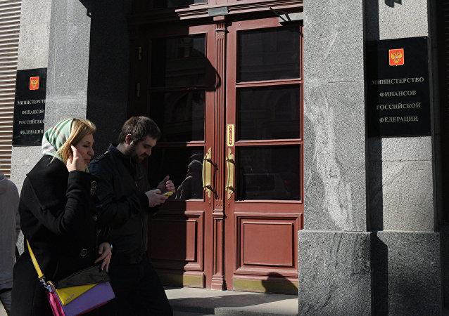 Kolemjdoucí u budovy ministerstva financí RF