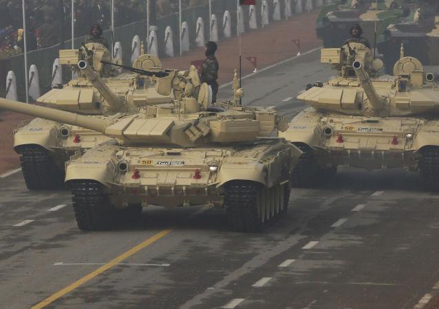 Tanky T-90 v Nové Dillí