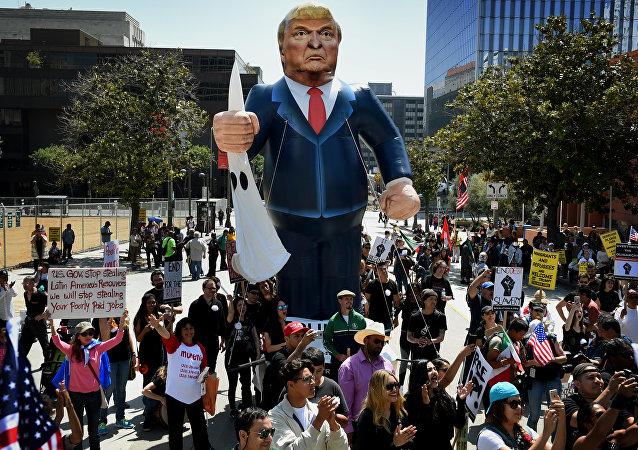 Protest proti novému prezidentovi USA Donaldu Trumpovi v Los Angeles, Kalifornie, 2016.
