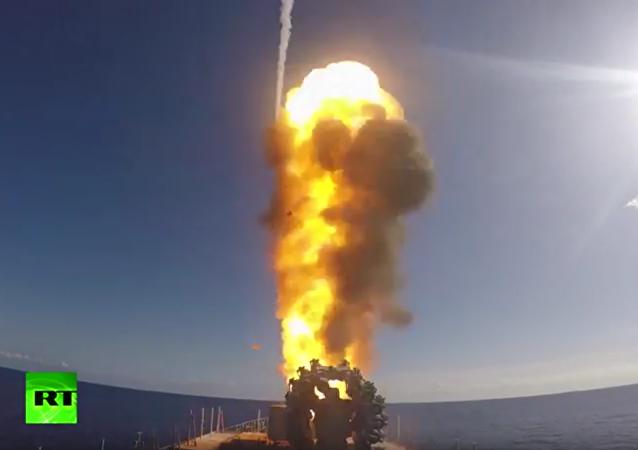 Starty raket Kalibr z fregaty Admirál Grogorovič