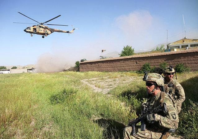 Američtí vojáci a vrtulník Mi-17 v Afghánistánu
