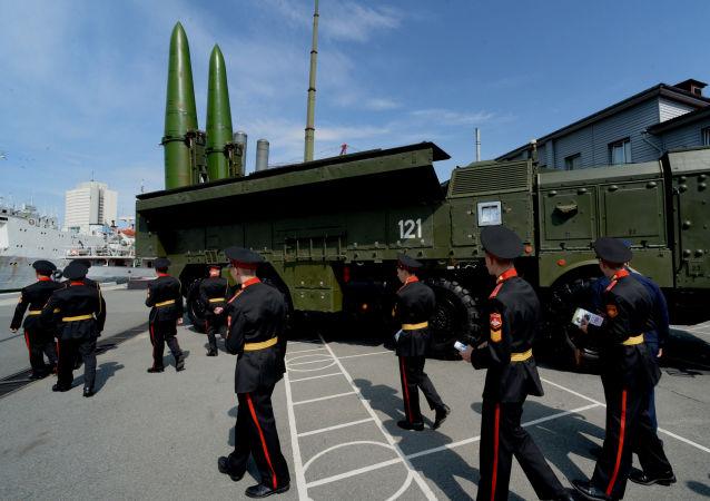 Operativně-taktický raketový komplex Iskander-M je silniční, mobilní raketový systém s dostřelem od 50 do 500 kilometrů