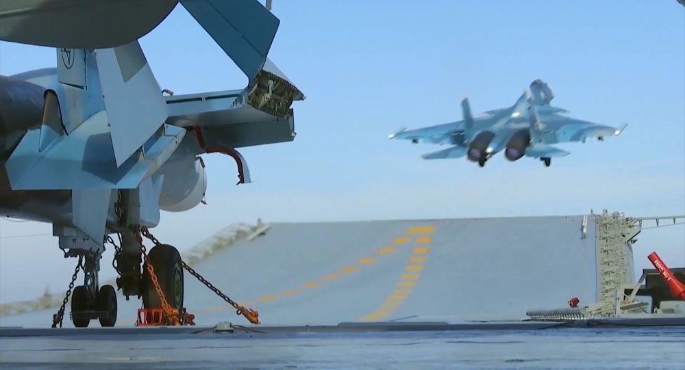 Stíhačky Su-33 na palubě letadlové lodě Admirál Kuzněcovирии