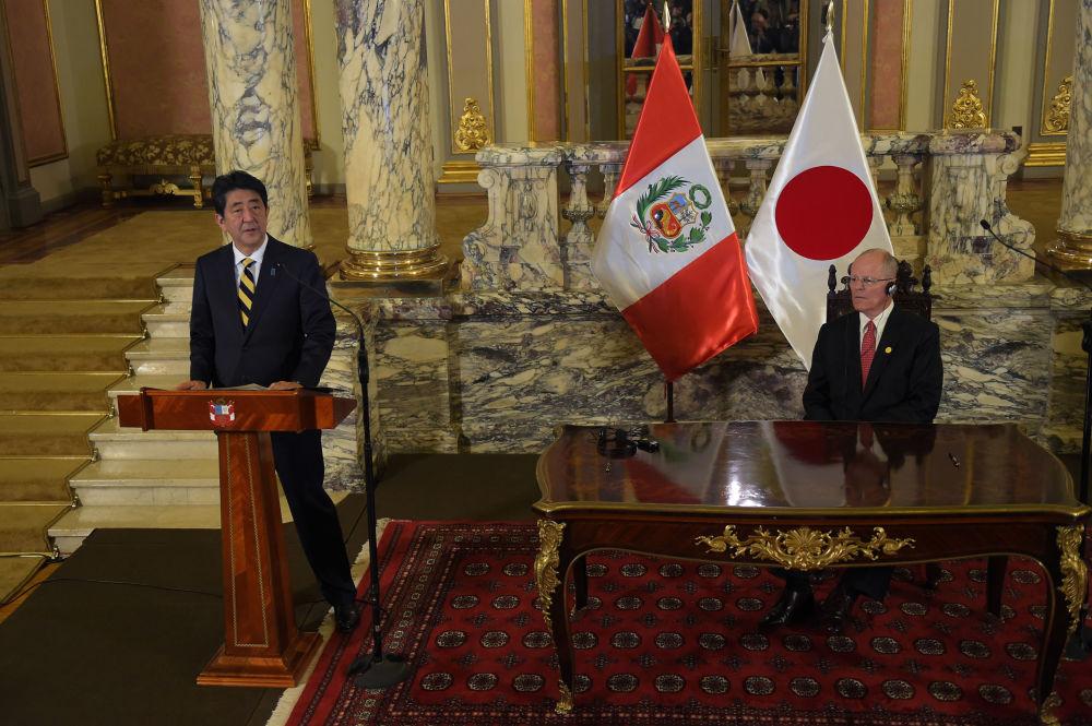 Japonský premiér Šindzó Abe a peruánský prezident Pedro Pablo Kuczynski na mezinárodním summitu APEC v Peru