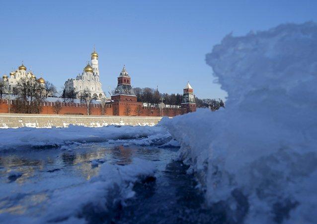 Pohled na řeku Moskvu a Kreml v zimě, leden 2016