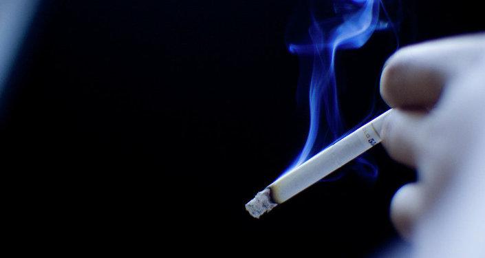 Zapálená cigareta. Ilustrační foto
