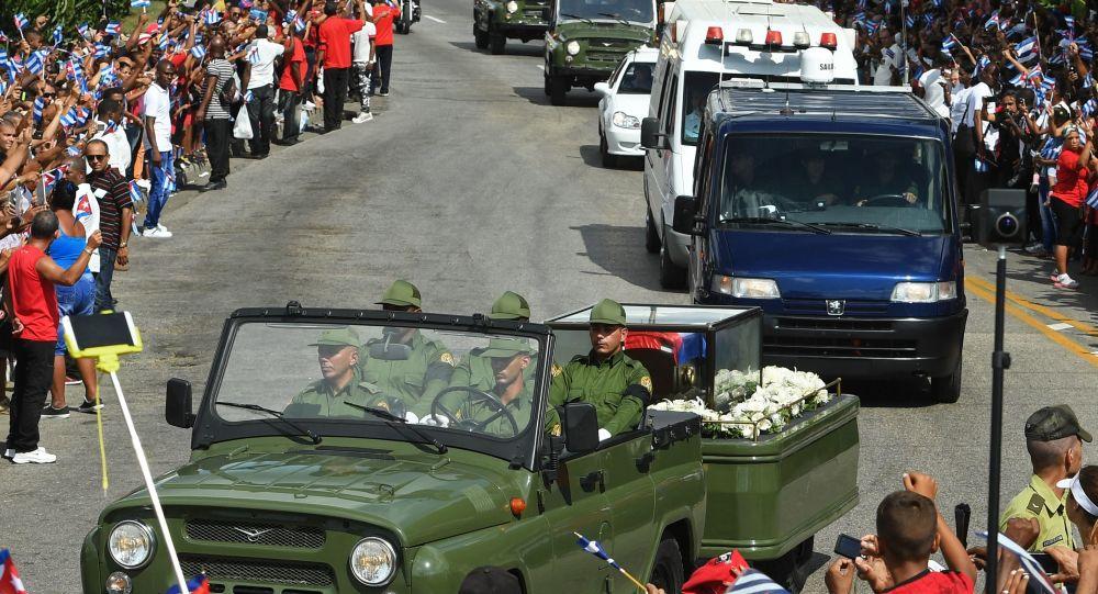 Smuteční procesí s pozůstatky Fidela Castra