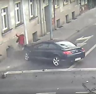 Dívka se zázrakem zachránila před rychle se řítícím autem