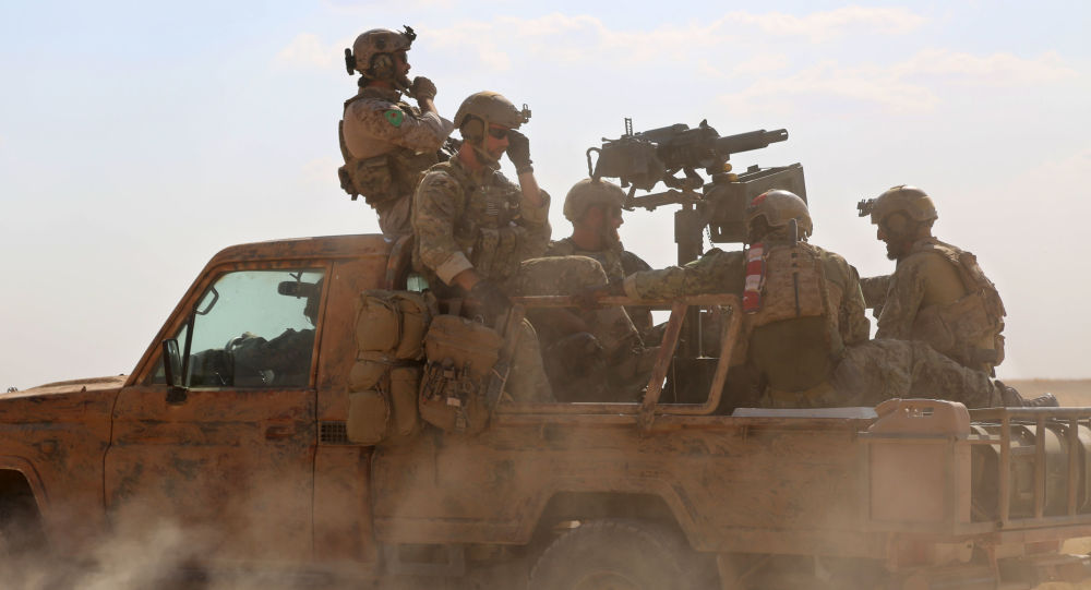 Lidé v uniformě SDF v okolí Rakky