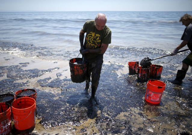 Rozlití ropy na pobřeží Kalifornie