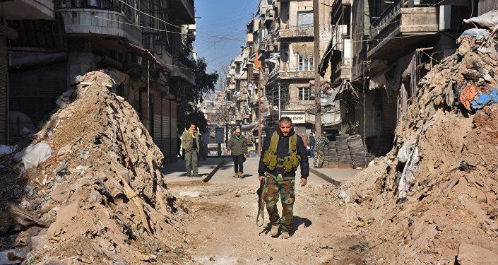 Syrský voják prochází barikádou, prosinec 2016.