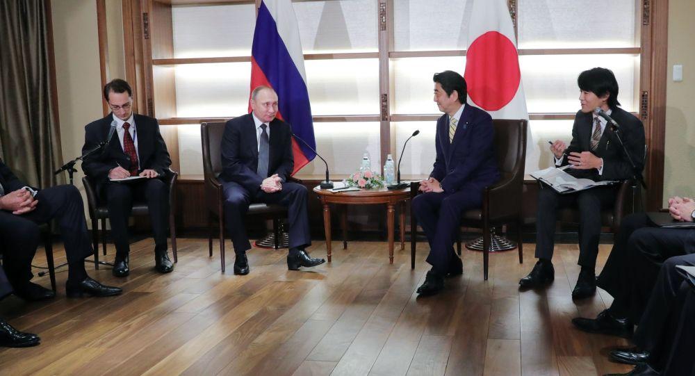 Prezident Ruska Vladimir Putin a japonský premiér Šinzó Abe během schůzky v Nagato