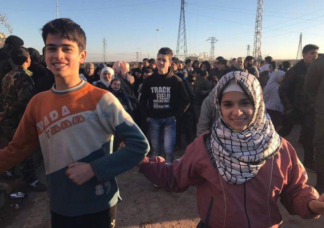 Obyvatelé Aleppa po evakuaci ozbrojenců