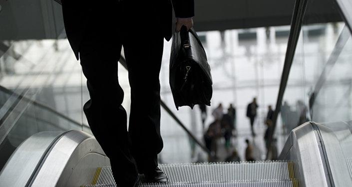 Muž na pohyblivém schodišti