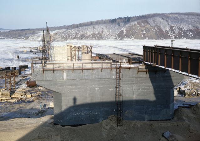 Výstavba mostu přes řeku Amur