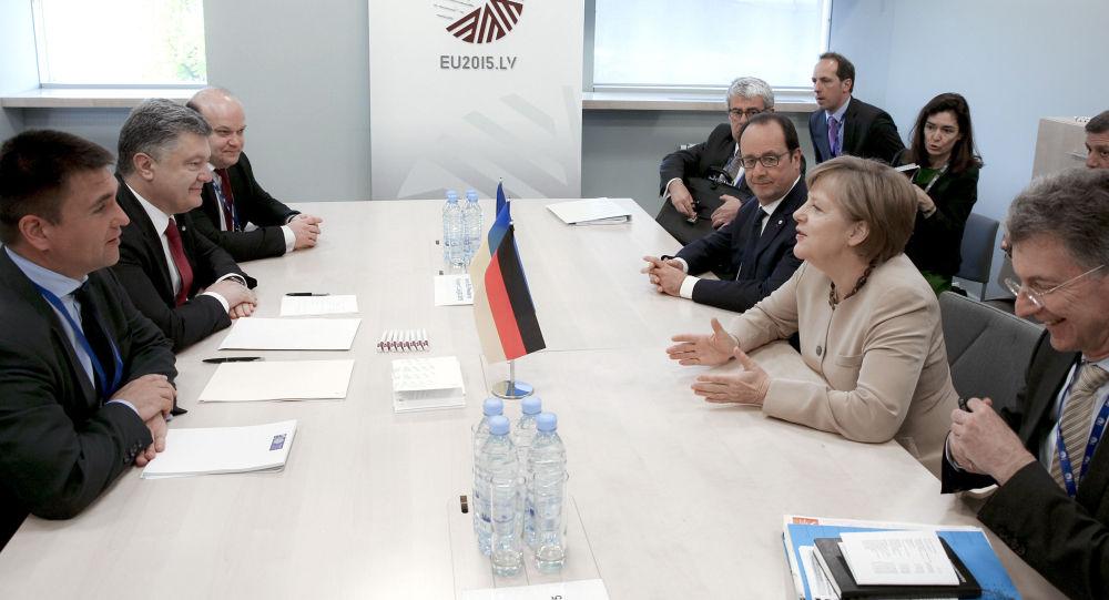 Ukrajinský prezident Petro Porošenko a kancléřka Spolkové republiky Německo Angela Merkelová na jednání v Rize