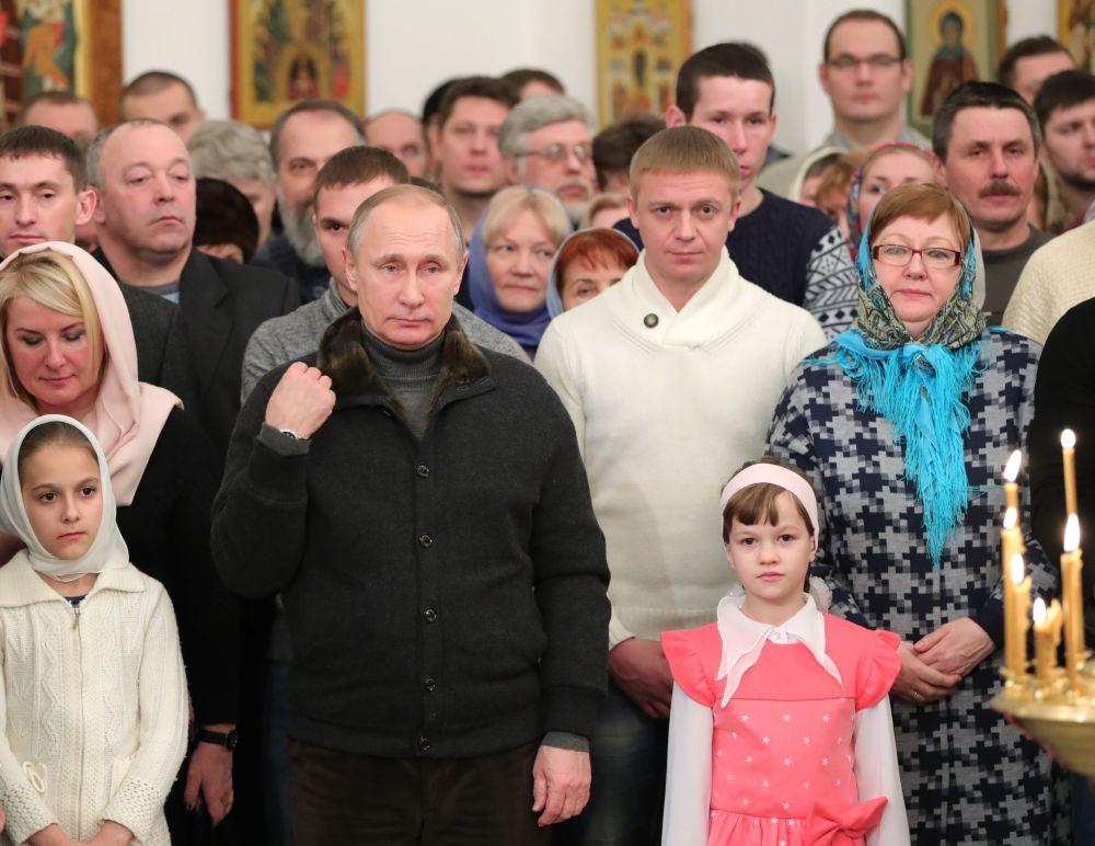 Vladimir Putin během vánoční bohoslužby.