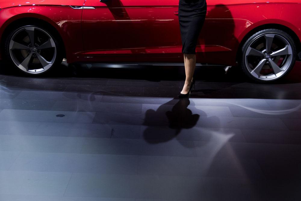 Autosalon v Detroitu: krásné automobily a krásné dívky