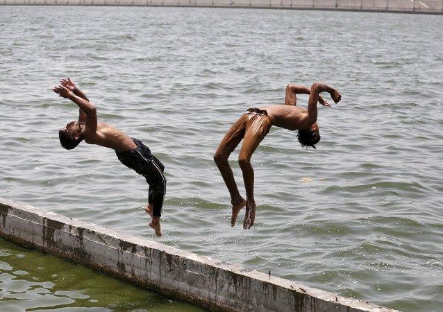 Počet obětí anomálních veder v Indii stoupl na 335