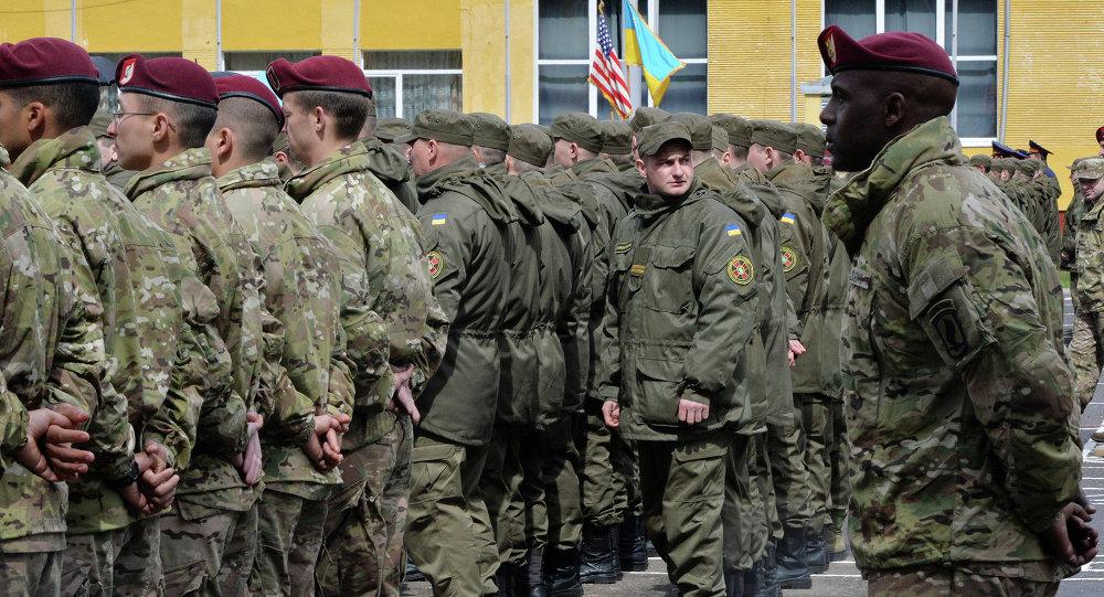 Američtí a ukrajinští vojáci během cvičení
