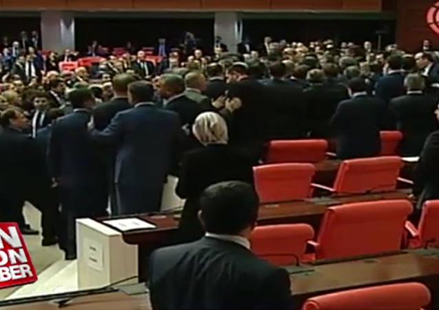 Poslanci tureckého parlamentu se poprali během diskuse o reformě ústavy