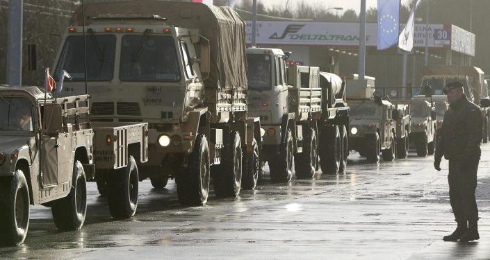 Kolona americké vojenské techniky v Evropě. Ilustrační foto