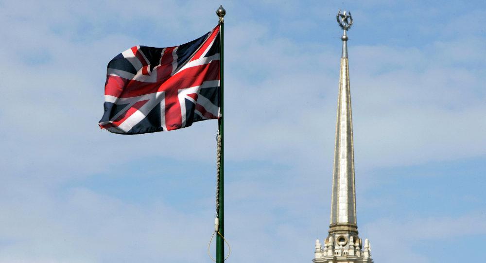 Britská vlajka na pozadí Britské ambasády v Moskvě