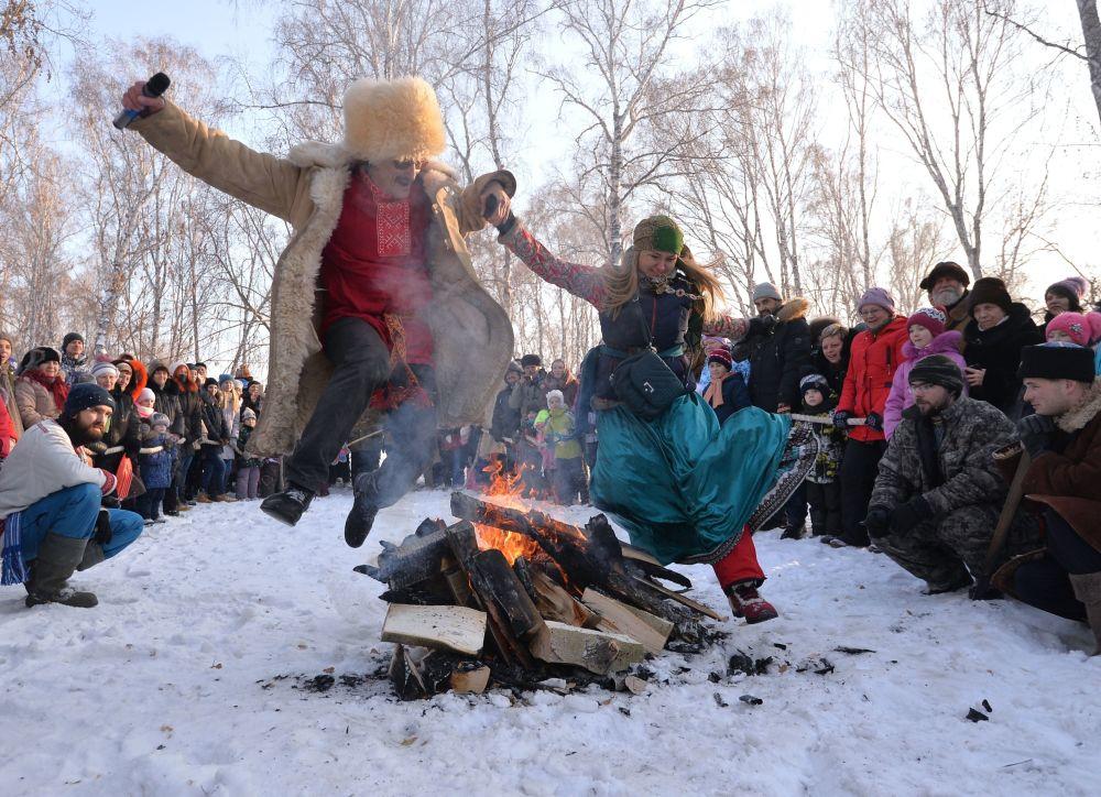 Skákání přes oheň na festivalu lidových her a zábav Svátky 2017 v Čeljabinské oblasti