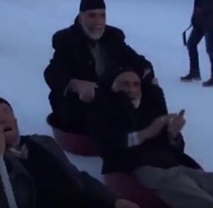 Turečtí důchodci uspořádali masové sáňkování na vědrech