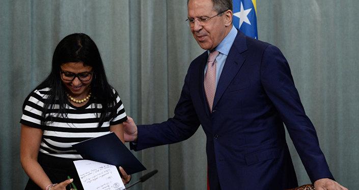 Sergej Lavrov a Delcy Rodriguezová