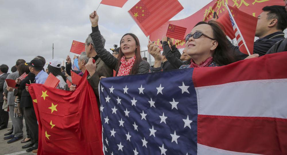 Místní obyvatelé vítají čínské lodě v Kalifornii. Archivní foto