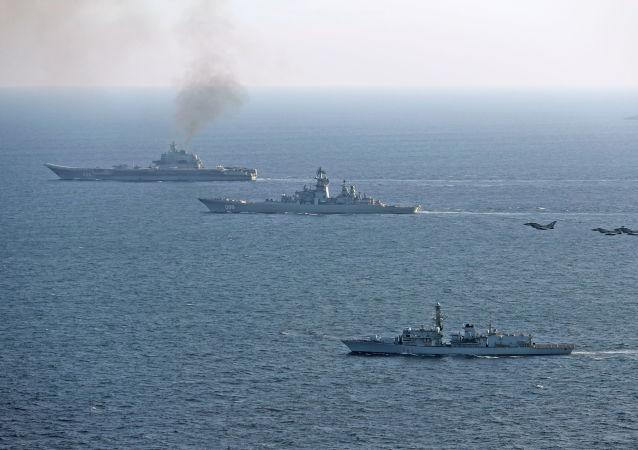 Britské lodě doprovázejí ruský letadlový křižník Admirál Kuzněcov