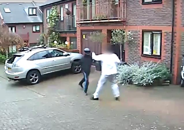 V Londýně odrazil muž holýma rukama útok lupičů s nunčaky