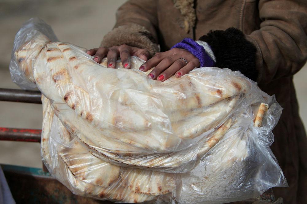 Chléb v rukou Syřanky