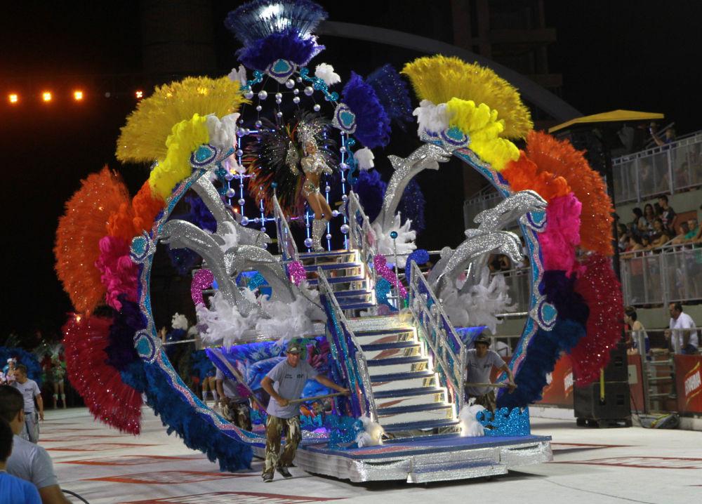 Karnevalu se účastní chovanci škol samby a hudebníci hrající na kongu (tradiční hudební nástroj, složený z dvou malých bubnů), a také hosté z Ria de Janeira