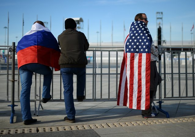 Fanoušci s vlajkami Ruska a USA na Olympiádě 2014