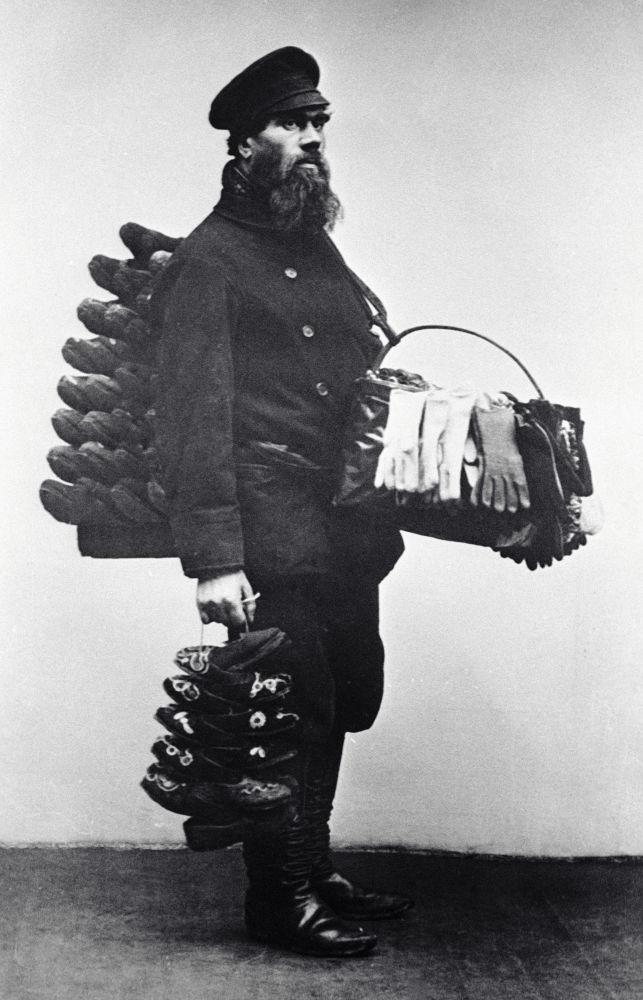 Moskevský prodavač bot a rukavic, rok 1913