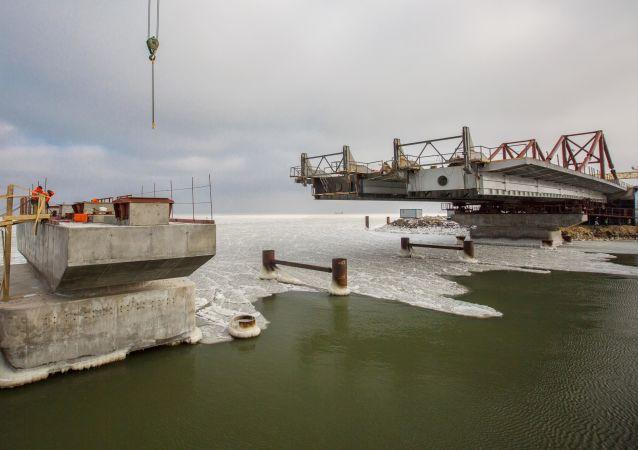 Budování mořských úseků mostu přes Kerčský průliv