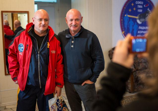 Scott a Mark Kelly