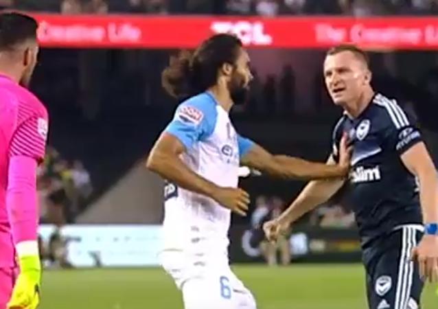 Fotbalista z Austrálie dostal červenou kartu, aniž by vyšel na pole